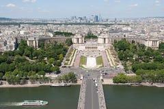 Beskåda på Paris från Eiffelen står hög Arkivbild