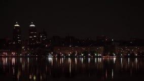 Beskåda staden på natten över floden arkivfilmer
