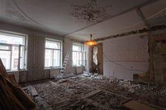 Beskåda tappningrummet med lövsågsarbetet på taket av lägenheten under under-renovering, omdana och konstruktion Royaltyfria Foton