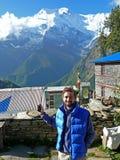 Beskåda till Annapurna 2 från den Ghyaru byn, Nepal royaltyfria foton