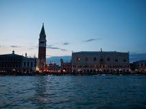 Beskåda till campanilen, Venedig, Italien Arkivbild