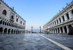 Beskåda till piazzettaen i Venedig Arkivfoton