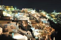 Beskåda till townen Fira på Santorini vid natt Arkivfoto