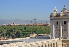 Beskåda uppifrån av Almudena Cathedral på verkliga Palacio - Royal Palace i Madrid Royaltyfria Bilder