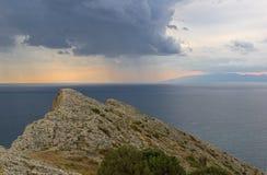 Beskåda uppifrån av berget in mot havet Dåligt väder fotografering för bildbyråer