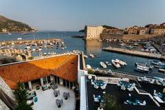 Beskåda uppifrån av monteringen Srdj på den Revelin fästningen, stadshamnen och fortet St John i fästningen i Dubrovnik, Kroatien Arkivbild