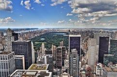 Beskådar den flyg- panoramat för den New York City Manhattan midtownen med skyscr Arkivfoton