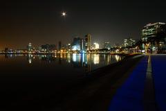 Beskådar fördärvar den breda vinkeln för den långa exponeringsnatten av marginell de Luanda med fullmånen och ögonblick efter bör arkivbilder