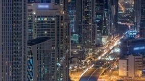 Beskådar moderna torn Dubai för i stadens centrum natttimelapse uppifrån i Dubai, Förenade Arabemiraten arkivfilmer