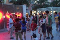 Besökare som spelar på natten i SHEKOUEN, kvadrerar i SHENZHEN Arkivfoto