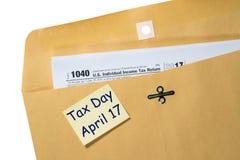 Beskatta dagpåminnelsen för April 17 på kuvert Royaltyfri Bild