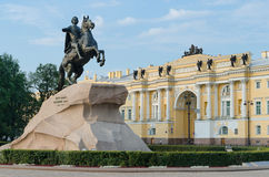 Beskåda av statyn av bronsskicklig ryttare i St Petersburg Arkivbilder