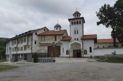 Beskåda en huvudsaklig ingång av klosterhelgonet Petka Arkivbild