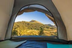 Beskåda från inre av det turist- tältet för fotvandrare i berg Royaltyfri Foto
