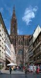 Beskåda på den Strasbourg domkyrkan från Rue Merciere, Frankrike Arkivfoton