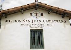 BeskickningSan Juan Capistrano tecken på ingången till borggården royaltyfri fotografi