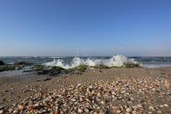 Beskjuter på havskusten Royaltyfria Foton