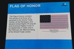 Beskrivning av flaggan av heder på 9/11 minnesmärke New York Arkivbild