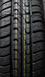 Beskyddande av bilgummihjul Övre sikt för slut på auto mobil ny hjulgummihjulyttersida Reklamfilm för bilconstractionbransch royaltyfri fotografi