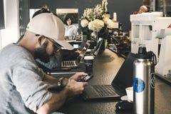 Beskyddare och kaffe fotografering för bildbyråer