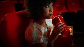 In beslag genomen jonge vrouw die op een film letten stock video