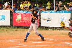 Beslag ongeveer om de bal in een honkbalspel te raken Stock Fotografie