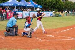 Beslag ongeveer om de bal in een honkbalspel te raken Stock Afbeeldingen