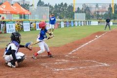 Beslag ongeveer om de bal in een honkbalspel te raken Stock Foto's