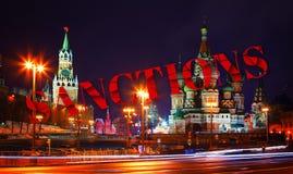 Besluit betreffende sancties tegen Rusland Gebroken tekst Sanctie op kerk en torens van het Kremlin bij nacht mening van Bolshoi stock fotografie