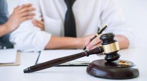 Besluit van scheidingsontbinding of annulering van huwelijk, echtgenoot en vrouw tijdens scheidingsproces met advocaat of adviseu stock afbeelding