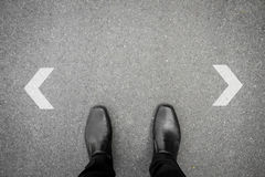 Beslut som ska göras på tvärgatan Arkivfoton