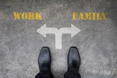 Beslut som ska göras på den arga vägen - arbete eller familj Royaltyfri Foto