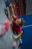 Beslutsam övning för tonårs- flicka vaggar klättring royaltyfri bild
