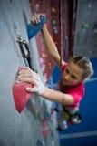 Beslutsam övning för tonårs- flicka vaggar klättring royaltyfria bilder