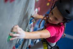 Beslutsam övning för tonårs- flicka vaggar klättring arkivfoton