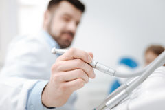 Beslutsam ambitiös specialist som önskar genom att använda en tand- drillborr Royaltyfri Foto