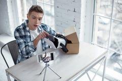 Beslutsam blogger som gör en video om 3D att modellera Royaltyfria Bilder