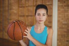 Beslutsam flicka som rymmer en basket royaltyfria bilder