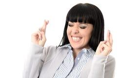 Beslutsam hoppfull säker längtansfull kvinna med korsade fingrar Arkivfoton