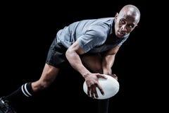 Beslutsam idrottsman som ser bort, medan spela rugby Royaltyfri Fotografi
