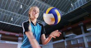 Beslutsam spelare som spelar volleyboll 4k stock video