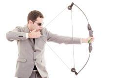 Beslutsam stilig affärsman som siktar på målet royaltyfri foto
