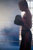 Beslutsamt kvinnaanseende i boxningsring Fotografering för Bildbyråer