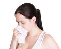 Besmette vrouw die zijn neus blaast, die op wit wordt geïsoleerdo royalty-vrije stock foto's