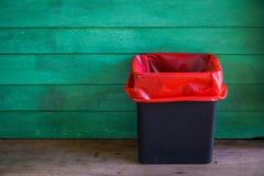 Besmettelijk afval bij oude houten ruimte stock afbeeldingen