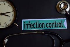 Besmettingscontrole op het drukdocument met de Inspiratie van het Gezondheidszorgconcept wekker, Zwarte stethoscoop royalty-vrije stock afbeeldingen