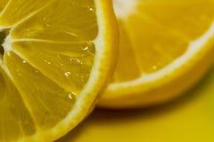 Besnoeiing in halve sinaasappel royalty-vrije stock fotografie