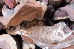 Besnoeiing op hout voor gebruik als brandhout wordt opgestapeld dat stock foto
