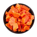 Besnoeiing in stukken van rijp die papajafruit op witte backgroun worden geïsoleerd Stock Foto's