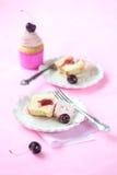 Besnoeiing van Cherry Cupcake met Aardbeijam Stock Afbeelding